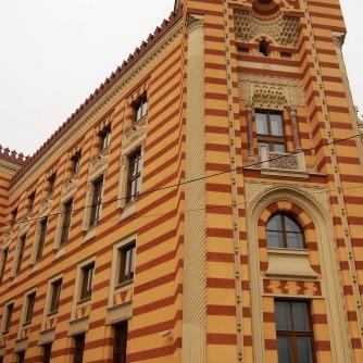 Die Nationalbibliothek Vijećnica brannte 1992 nach massivem Beschuss mitsamt ungezählter jahrhundertealter Schriftstücke und Bücher aus. 2014 wurden die Sanierungsarbeiten abgeschlossen und inzwischen ist sie Sitz eines Teils der Stadtverwaltung.
