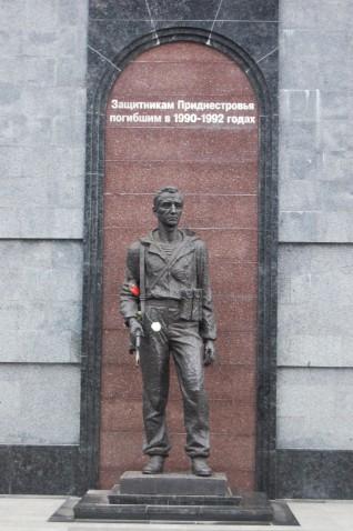 """Dieses Mahnmal ist den """"Verteidigern Pridnestrowiens"""" gewidmet, die während der Kämpfe in den Jahren 1990-92 ums Leben kamen."""
