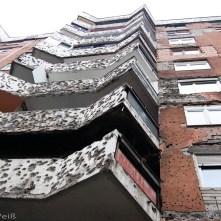 Auch knapp 20 Jahre nach Ende der Kampfhandlungen sind viele Kriegsschäden an den Häuserfassaden sichtbar.
