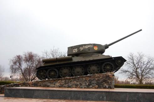 """""""Für die Heimat"""" – gegenüber erinnert ein Panzer an den 2. Weltkrieg."""