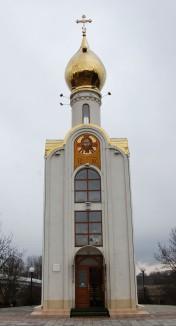 Mit goldglänzender Kuppel lädt diese Kapelle am Mahnmal zum Beten ein.
