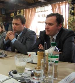 """Der ehemalige Außenminister Wladimir Jastrebtschak (re.) ist für eine friedliche Lösung des Konflikts mit Chisinau. Der Politikberater Sergej Schirokow (li.) sagt dazu: """"Wir leben an der Grenze zweier Einflusszonen. Die EU ist wirtschaftlich unser Hauptpartner, sicherheitspolitisch ist es Russland. Wir sehen uns als Brücke zwischen Ost und West, aber eine Brücke kann auch leicht brechen."""""""