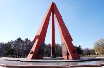 Junge Rekruten bewachen dieses Memorial, das ebenfalls an den 2. Weltkrieg erinnert.