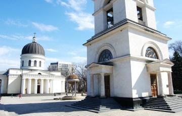 Die orthodoxe Kathedrale und der Glockenturm wurden 1736 erbaut. Letzterer wurde nach dem 2. Weltkrieg von den Sowjets zerstört und in den 1990er Jahren wieder aufgebaut.