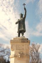 Nationalheld Stefan cel Mare, der von 1457 bis 1504 lebte, soll nach jedem Sieg Kirchen und Klöster errichtet haben. Ihm werden 47 Kriege und 45 Siege gegen das Osmanische Reich zugeschrieben. Über 40 Kinder soll er auch gehabt haben.