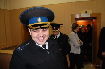 Es wird erzählt, dass die Polizei neue Uniformen bekam und netter gegenüber den Bürgern auftritt. Außerdem wurden die Löhne erhöht, um der Korruption zu begegnen. Bei ihm hat es anscheinend gewirkt.