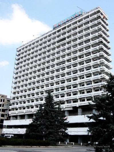 """Früher das erste Haus am Platze, heute steht das """"Hotel National"""" seit Jahren leer. In Chişinău ist man überzeugt: der potentielle Investor wartet mit dem Kauf , bis es noch verfallener und billiger ist."""