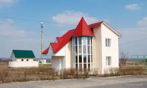 Viele Menschen arbeiten in Russland oder der EU. Kinder werden von den Großeltern großgezogen.  Mit Rücküberweisungen werden u.a. Häuser errichtet, die wie hier fast fertig gebaut leerstehen, da das Geld ausging.