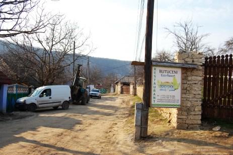 Zu Füßen des Klosters liegt Butuceni. Unbefestigte Straßen, Ziehbrunnen, Steinmauern und Kinder mit Eselskarren bestimmen das Bild.
