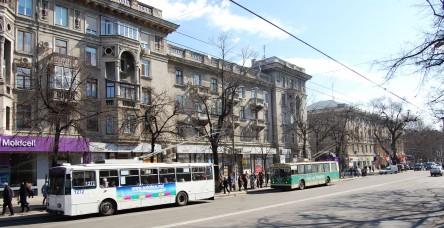 Trolleybusse auf dem Boulevard Stefan cel Mare. Bei dem Mobilfunkkonzern Moldcell (li.) war der amtierende Ministerpräsident Chiril Gaburici tätig - zuletzt in Aserbaidschan. Dementsprechend gilt er als politisch unerfahren.