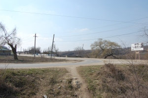 Wir stehen mitten auf der staubigen Straße eines moldawischen Dorfes.