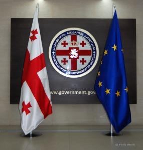 Die georgische und die EU-Flagge Seite an Seite - bisher verbindet den Kaukasusstaat ein Assoziierungsabkommen mit dem europäischen Staatenbund.