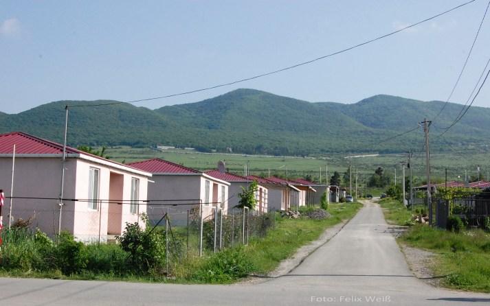Von den 30.000 georgischen Binnenflüchtlingen leben ca. 8000 in Tserovani. Damit ist es das größte Flüchtlingslager des Landes.