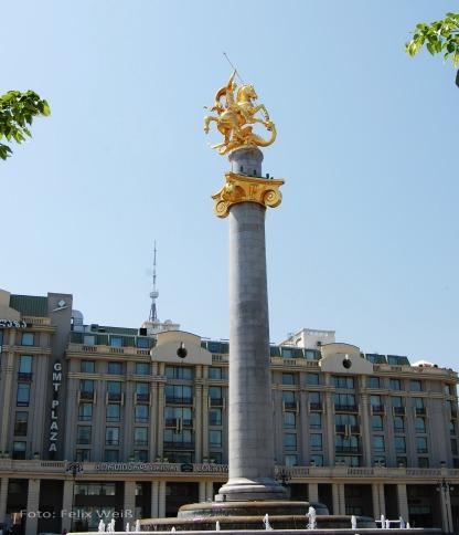 Die Statue des Heiligen Georg ragt hoch über den Freedom Square in der Innenstadt auf. Der Drachentöter ist der Schutzheilige des Landes.