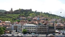 Vom am Fluss Mtkwari gelegenen Rike-Park führt eine Seilbahn über die Dächer der Altstadt hoch zur Narikala Festung.