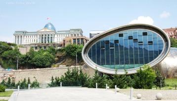 Hinter dem modernen, im Rikepark gelegenen, Ausstellungszentrum erhebt sich der pompöse Präsidentenpalast. Der ehemalige Präsident Michail Saakaschwili ließ sich aber nicht nur einen neuen Amtssitz errichten.