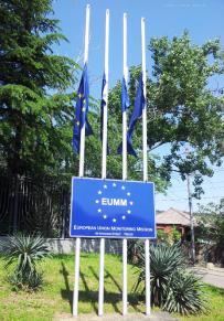 """Die EU Monitoring Mission (EUMM) ist seit 2008 vor Ort. Die Mitarbeiter überwachen die Grenzregion zu den Gebieten Abchasien und Südossetien. Das Territorium der beiden Provinzen dürfen sie nicht betreten. Südossetien und Abchasien werden von Russland, Venezuela, Nicaragua und Nauru als unabhängige Staaten anerkannt. Mit Transnistrien und Berg-Karabach bilden sie die """"Gemeinschaft nicht-anerkannter Staaten""""."""