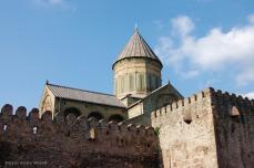 Die Svetitskhoveli-Kirche der 12 Apostel wurde im 11. Jahrhundert errichtet und ist nicht nur ein bedeutendes religiöses Zentrum, sondern dient auch verschiedenen georgischen Königen und Patriarchen als letzte Ruhestätte.
