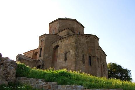 Auf einem Hügel oberhalb Mtskhetas erhebt sich die Kirche des Heiligen Kreuzes (Dschwari). Die Kirche wurde im 6. Jahrhunder erbaut und erinnert an die Heilige Nino, die das Christentum nach Georgien gebracht und im 4. Jahrhundert ein Holzkreuz an dieser Stelle erichtet haben soll.